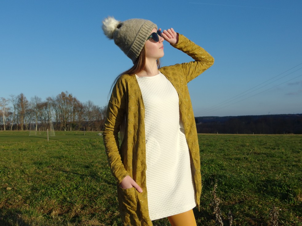 Et une robe pour mon ado ! Modèle OTTOBRE 6/2016 : RAILSTRIPES en jersey matelassé écru de chez Tissus.net !! La veste, HAPPY GO LUCKY elle est en jersey moutarde parsemé d'étoiles pailletées !!