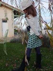 Petit ensemble pour un hiver printanier : Tee Shirt et jupe en Jersey Pommes (Tissus.net) et Snood tout doux en Minky