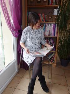 Robe RELAXED (Ottobre 5/2016) pour une bulle d'air, tout en sweat bouclette gris clair, imprimé fleurs de chez Dresowka.pl