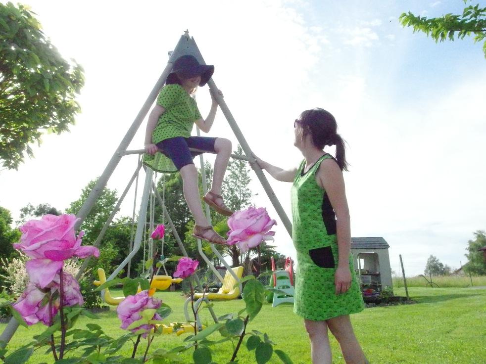 Du vert, des pois, des fleurs pour un nouveau duo Mère fille signé Ottobre... Mi Passerine, Mi Peplum pour ma belle... Optic Flower pour moi...