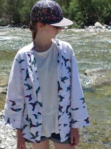 KIMONO STYLE, une veste tout en jersey blanc, motif COLIBRI, du magazine Ottobre 2/2015...