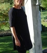 Ma garde robe d'automne #1 - Une robe tunique en jersey noir à pois blanc ! Un modèle Ottobre (5/2017) : LADDER STRIPPES adapté...